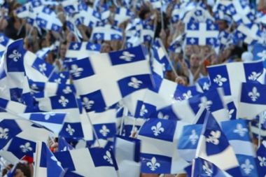 Crowd and Quebec Flags (Foule et drapeaux du Québec) (© La Fête Nationale; VisaPro.ca All Rights Reserved.)