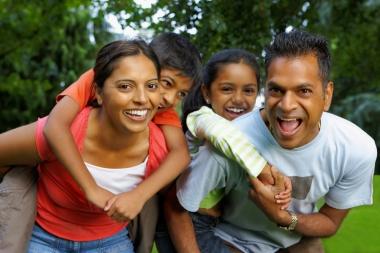 Famille indienne jouant à l'extérieur (Mitchell, Dean © Mitchell, Dean; VisaPro.ca. Tous droits réservés.)