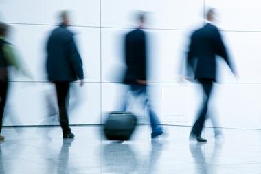 Gens d'affaires flous marchant dans un décor moderne (Noskowski, Maciej © Noskowski, Maciej; VisaPro.ca. Tous droits réservés.)