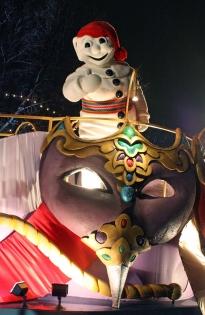 Bonhomme & Défilé (Photographe : Inconnu © Carnaval de Québec. Organisme partenaire : Carnaval de Québec. Tous droits réservés.)