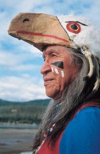 Homme des Premières nations portant une coiffe traditionnelle (Photographe Inconnu © Partner. Th. Okanagan Tous droits réservés)