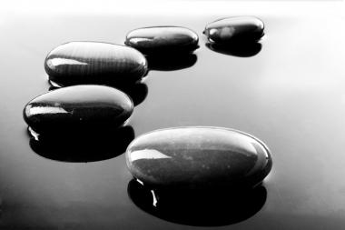 Un șir de pietricele strălucitoare negre în apă (Ageshin, Vlad © Ageshin, Vlad; VisaPro.ca. Toate drepturile rezervate.)