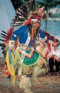 Dansator al Primei națiuni în costum tradițional (Fotograf Necunoscut © Tourism BC Thompson Okanagan Toate drepturile rezervate)