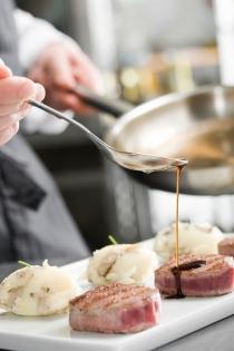 Sef care aranjează sosul cu grija (Chef Add Sause with Accuracy) Fotograf: EugeneEL © EugeneEL; VisaPro.ca Toate drepturile reze