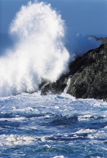 Valuri spărgându-se de o coastă stâncoasă în apropiere de Ucluelet (Ryan, Tom © Ryan, Tom; Tourism BC. O.P.: Tourism BC. T.d.r.)